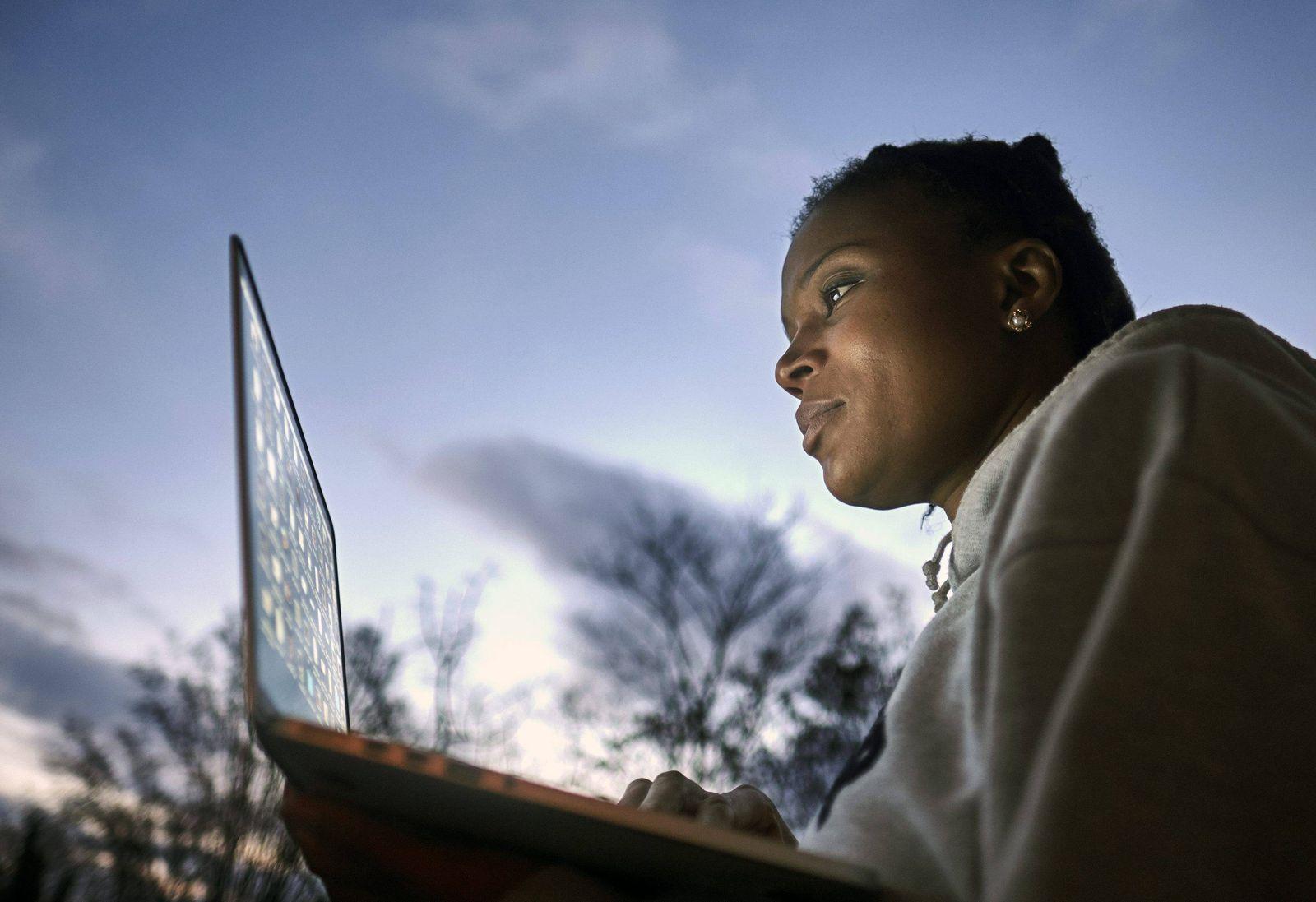 EINMALIGE VERWENDUNG Symbolbild Frau mit Laptop/ Notebook