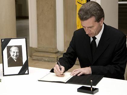 CDU-Politiker Oettinger trägt sich ins Kondolenzbuch für Hans Filbinger ein: Provokante Rede könnte sich auszahlen