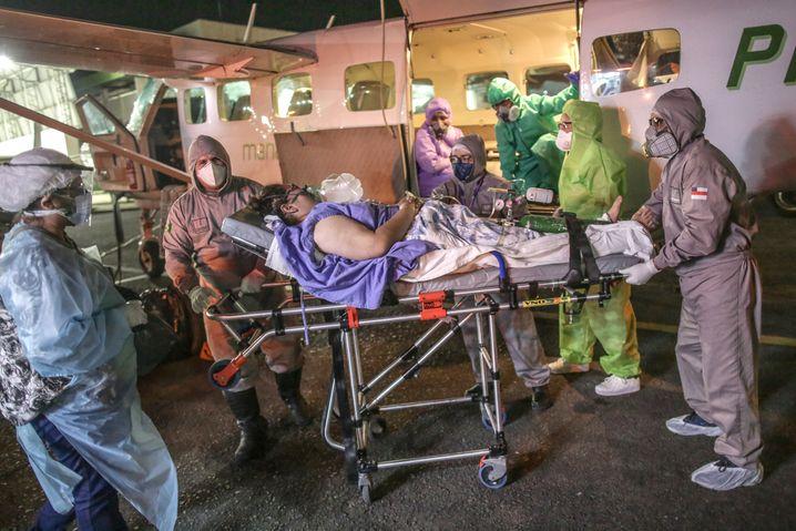 Ärzte versorgen eine an Corona erkrante Frau in Manaus. Die Intensivstationen in Manaus und anderen brasilianischen Städten sind überlastet.