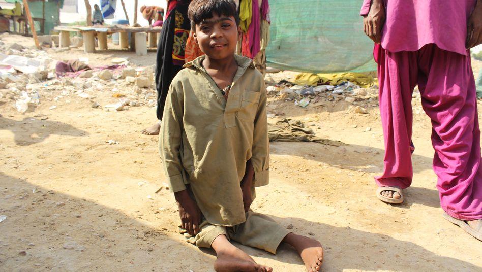 Ein an Polio erkrankter Junge in der Slumgegend um Karachi, Pakistan