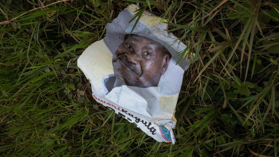Ein zerknüllter Wahlflyer zeigt den Präsidenten Yoweri Museveni