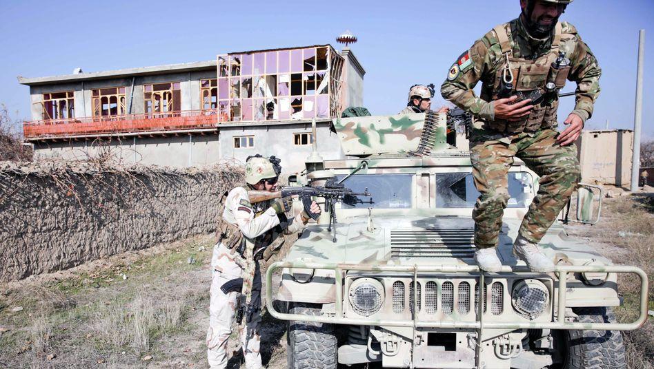"""Afghanische Sicherheitskräfte beziehen in der Nähe des US-Stützpunkts Bagram Stellung: """"Koordinierter Terroranschlag"""""""
