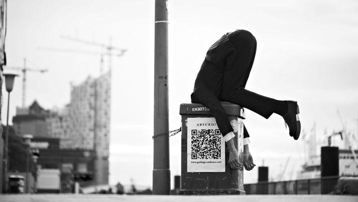 Kunstprojekt mit Ekelfaktor: Kopfstand im Müll
