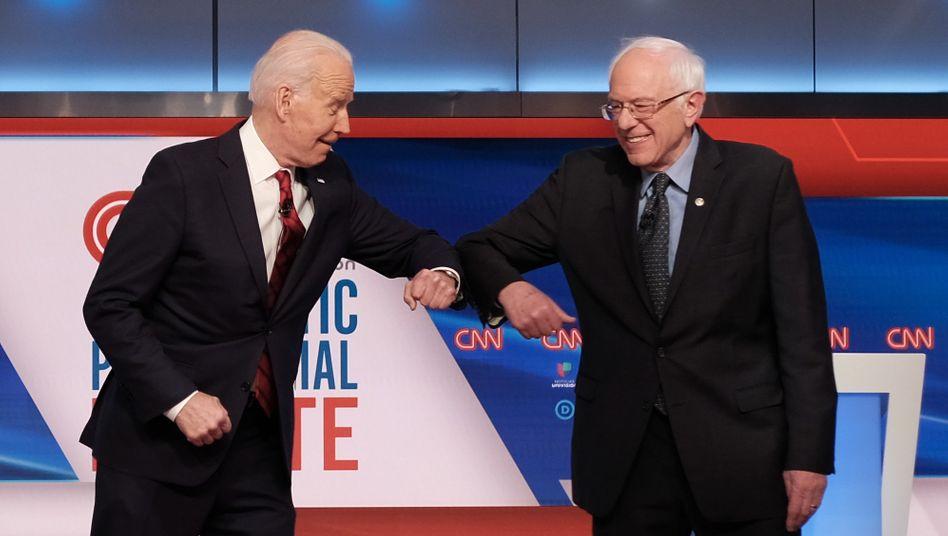 Joe Biden und Bernie Sanders (r.) vor einer TV-Debatte im März