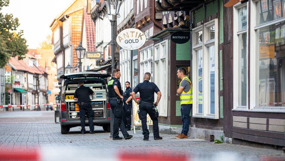 Polizisten stehen vor dem Juwelier in der Altstadt von Celle