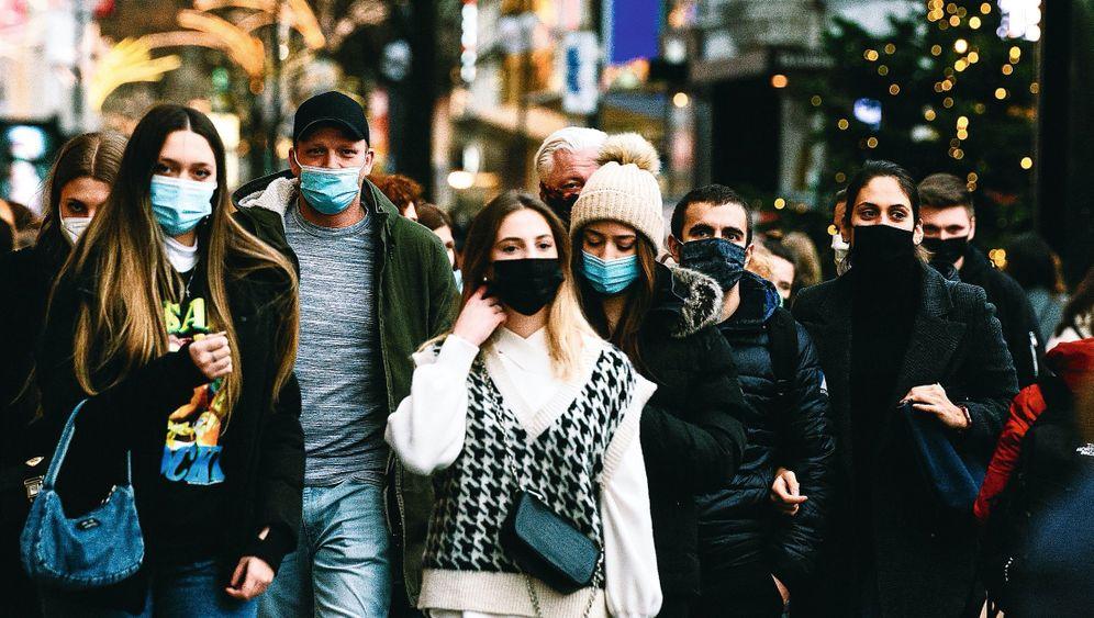 Passanten in Kölner Fußgängerzone während Maskenpflicht:»Wir stehen vor einer historischen Herausforderung«