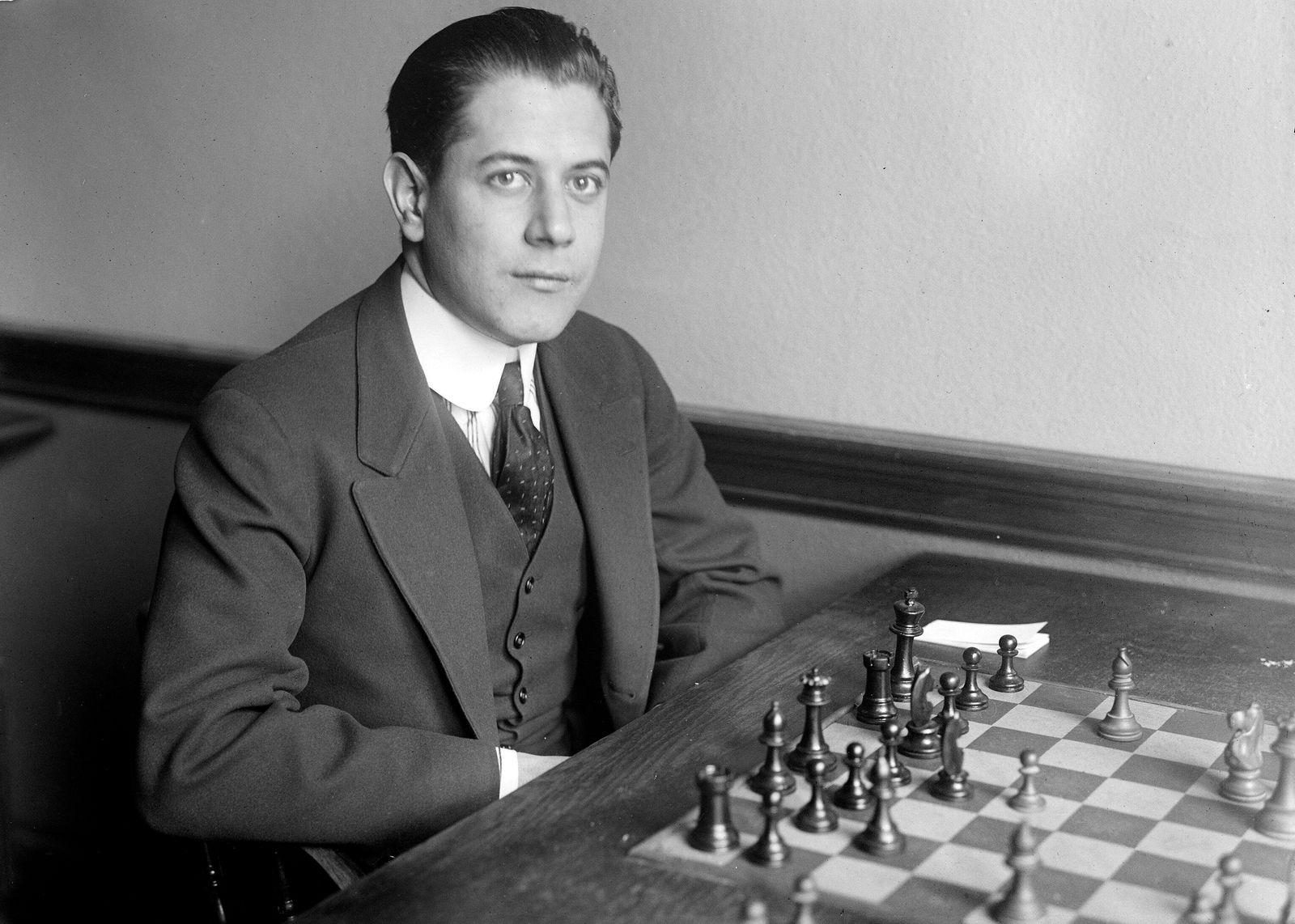 ECHECS Jose Roaul CAPABLANCA (1888-1942) l Invincible, 3eme Champion du Monde des echecs de 1921 ? 1927. Photographie de