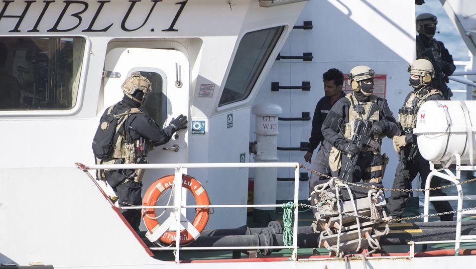 """Soldaten auf der """"El Hiblu 1"""""""
