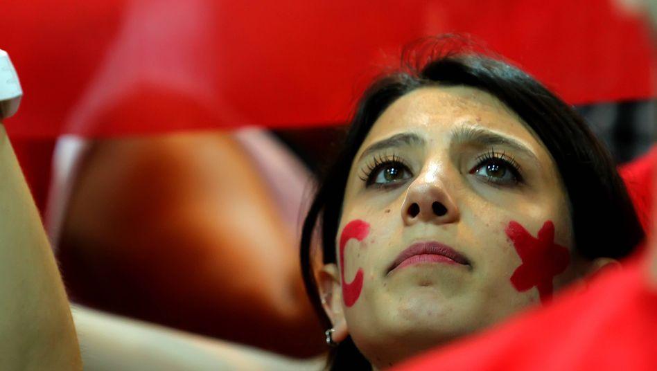 Frau bei einem Basketball-Länderspiel der Türkei
