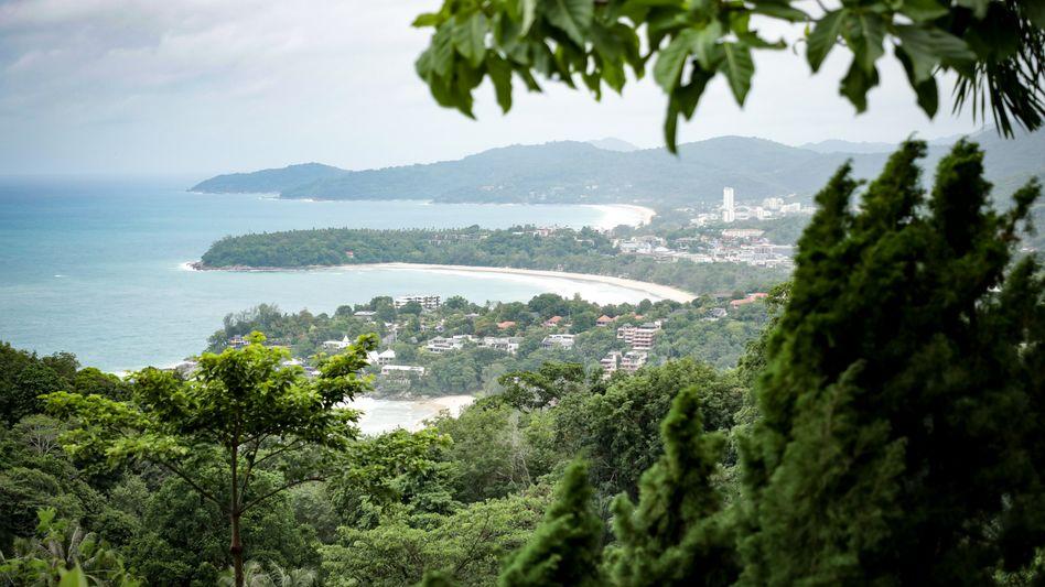 Blick auf Phukets Westküste und die Buchten Karon und Kata: Folgt hier bald das Tourismus-Comeback, das sich die thailändische Regierung erhofft?