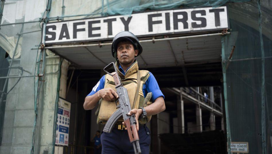 """Soldat in Sri Lankas Hauptstadt Colombo: """"Reisende werden dringend gebeten, öffentliche Plätze zu meiden."""""""