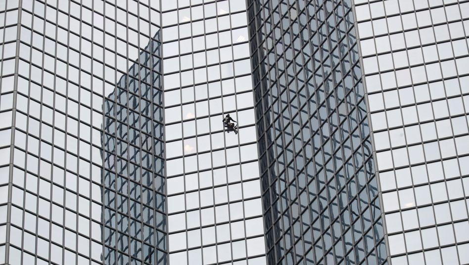 Kletterer auf Wolkenkratzer in Paris