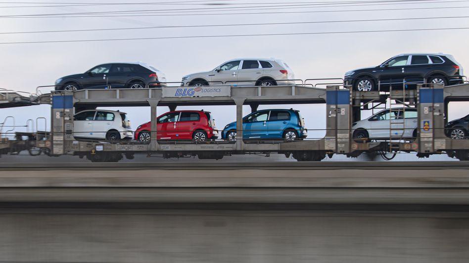 Güterzug mit Neuwagen in Dresden: Fortschritte bei den Fixkosten
