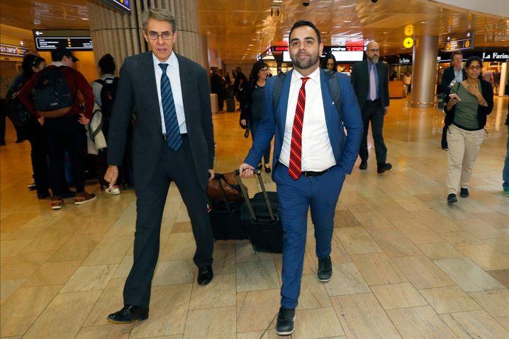 HRW-Chef Kenneth Roth (l.) und sein aus Israel ausgewiesener Mitarbeiter Omar Shakir am Flughafen Ben Gurion, Tel Aviv