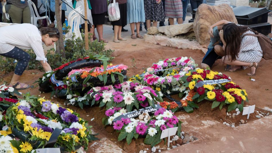 Blumen an der Grabstätte der Opfer