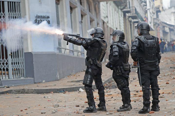 Polizisten setzen Tränengas ein: 60 Tage gilt nun vorerst der Ausnahmezustand