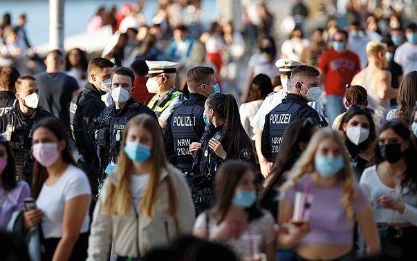 Polizisten, Passanten in Köln