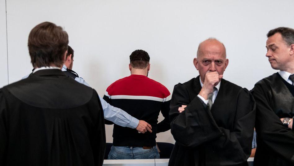 Fünf Männer müssen sich vor dem Landgericht Kleve verantworten: Sie sollen zwei Frauen vergewaltigt haben