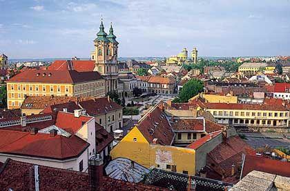 Eger (deutsch: Erlau): Die Stadt war früher die Heimat des Erlauer Stierbluts. Heute haben die Winzer als Qualitätswein Bikavér im Programm