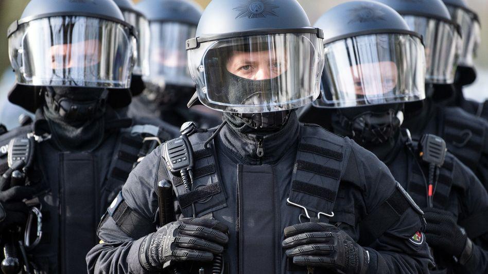 Polizisten aus Nordrhein-Westfalen (Symbolbild): 30 Beamtinnen und Beamte stehen unter Verdacht