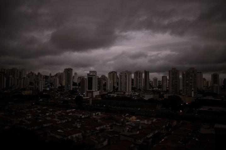 Auf dem Foto vom Montag ist der abgedunkelte Himmel in São Paulo zu sehen