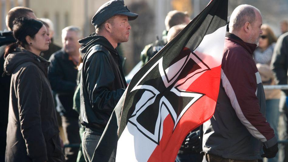 Teilnehmer einer Neonazi-Demonstration: Debatte um Verbot der NPD nimmt Fahrt auf