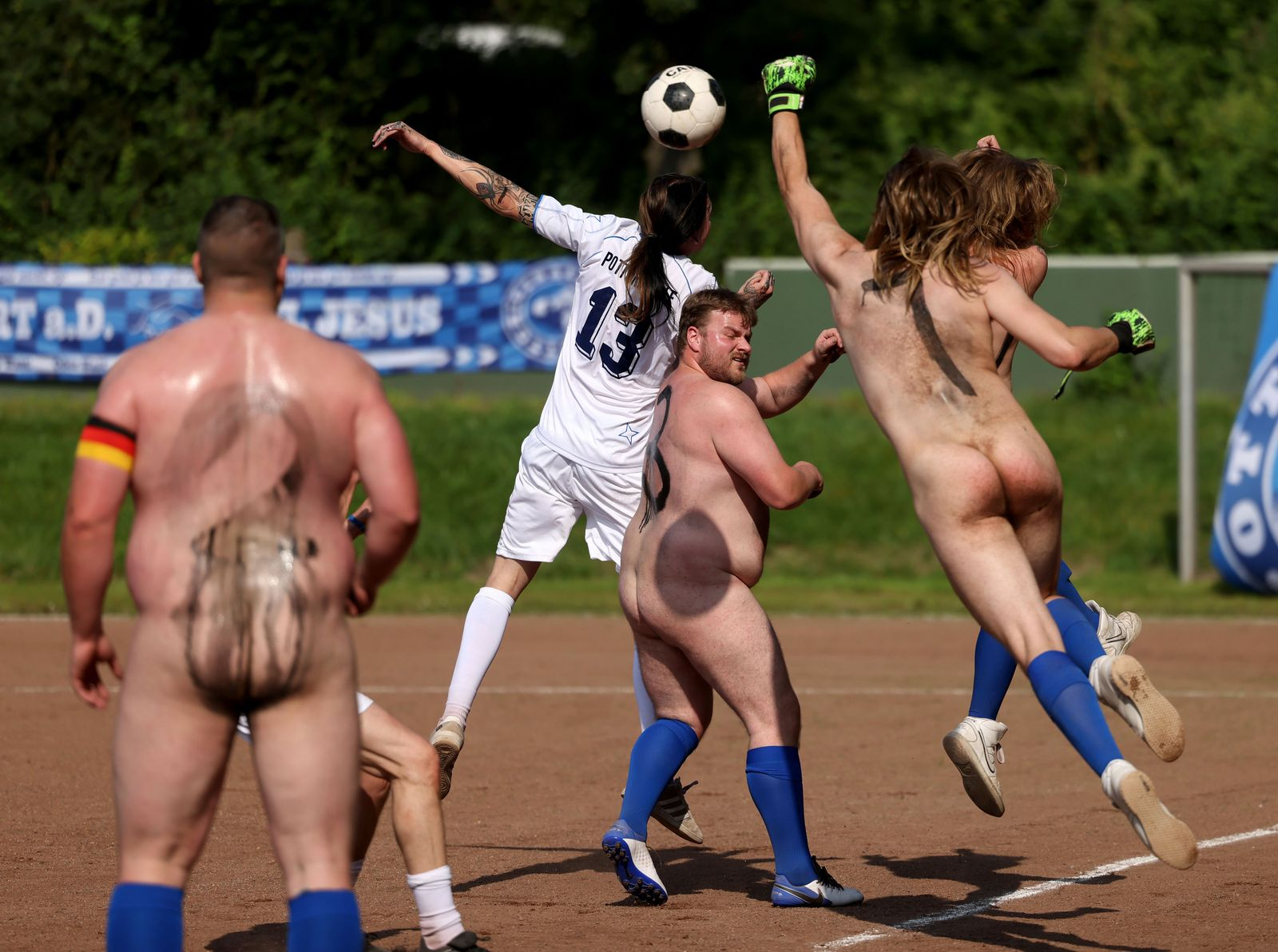 Kunstaktion - Fußball-NACKTionalmannschaft