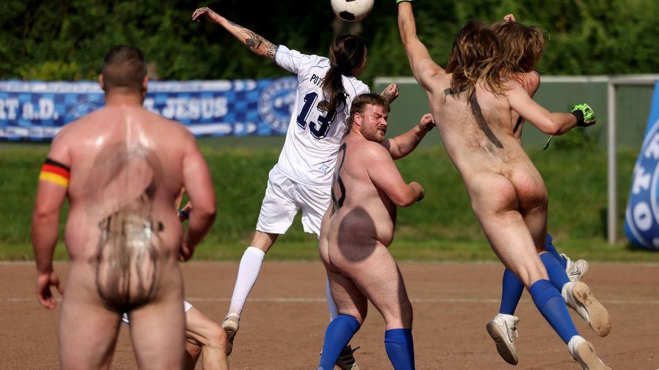 Spieler der Fußball-»NACKTionalmannschaft« kämpfen ohne Trikots gegen das Team der »Pott-Originale« (weiße Trikots) um den Ball