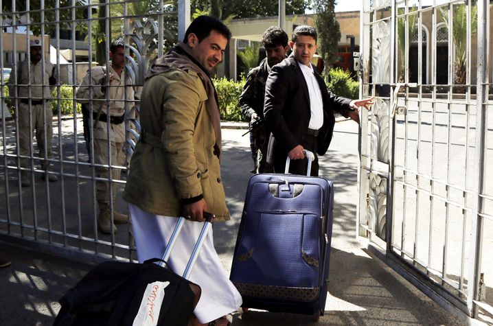 Unterhändler der Huthi-Rebellen am Flughafen in Sanaa