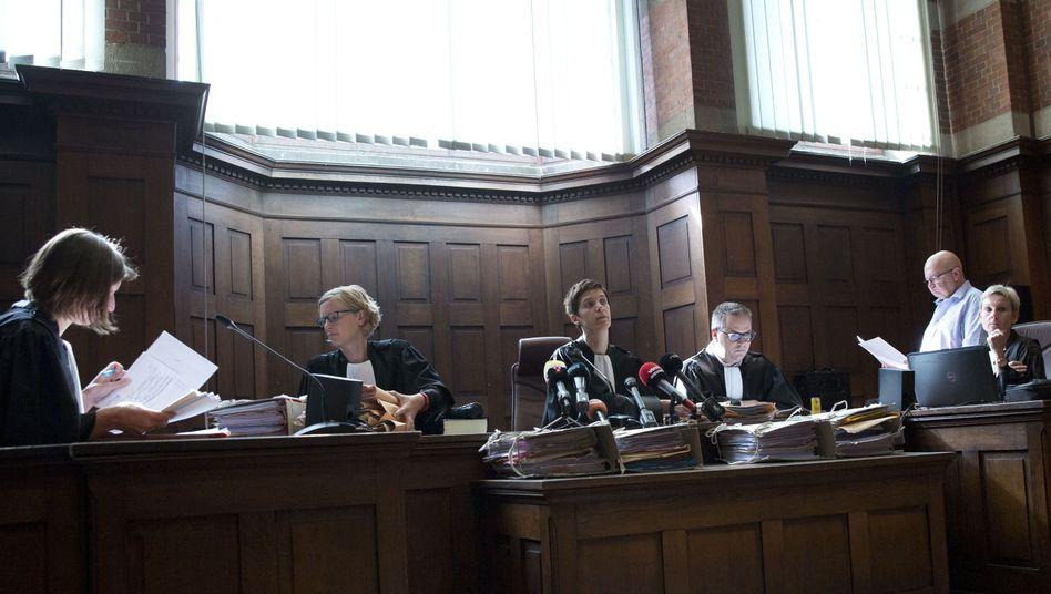 Richterin Mieke Butstraen (Mitte) verliest das Urteil