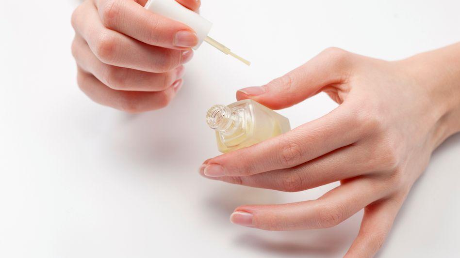 Frau mit Nagellack: Natürliche Fingernägel schützen besser das Nagelbett