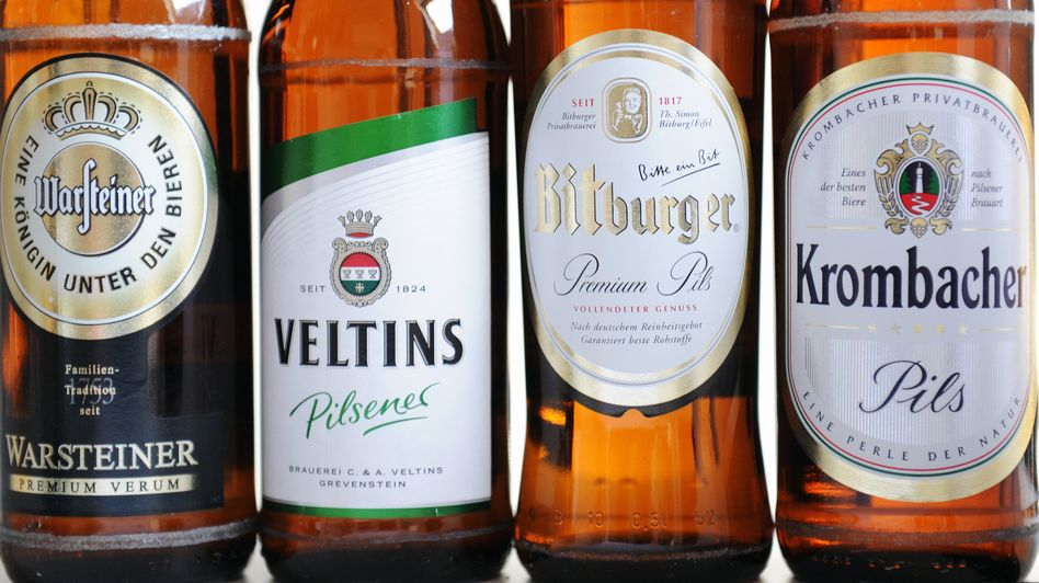 Bierflaschen der beteiligten Brauereien: Künden müssen draufzahlen