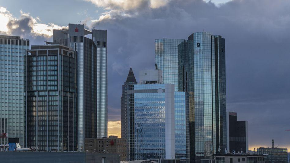 Frankfurter Bankenviertel: rechts die Türme der Deutschen Bank