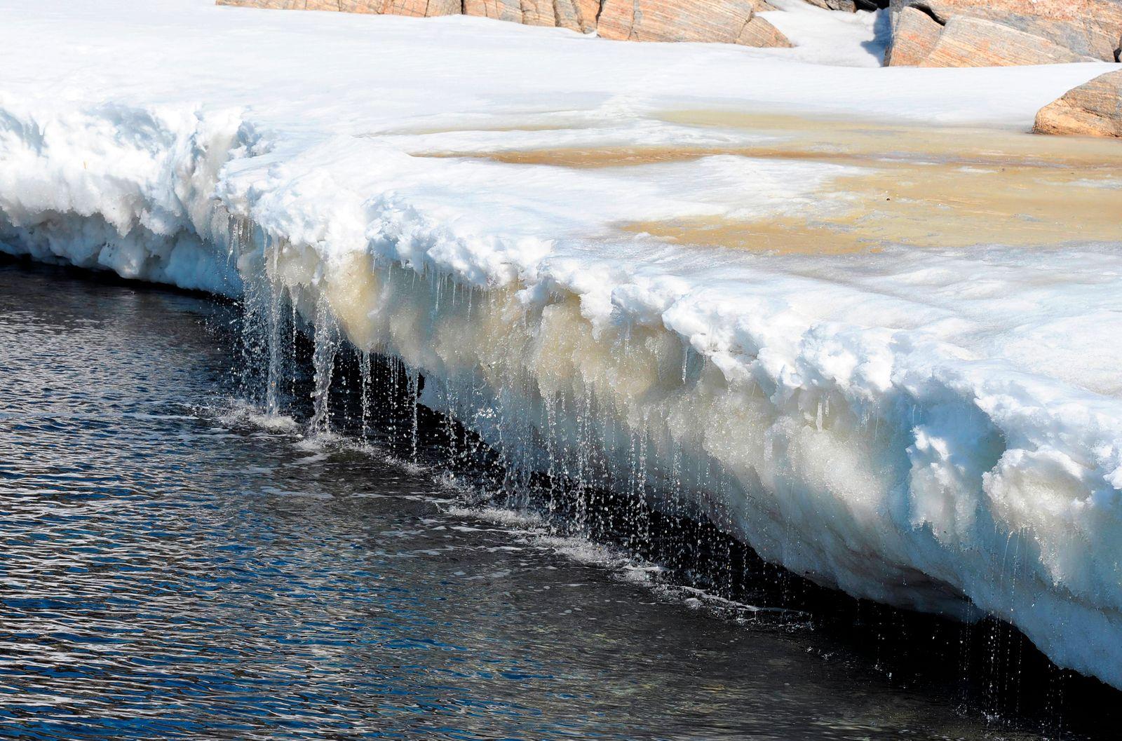 22 05 2013 Ilulissat Groenland Daenemark Schmelzwasser fliesst ins Meer QF europ?isch Gr?nl