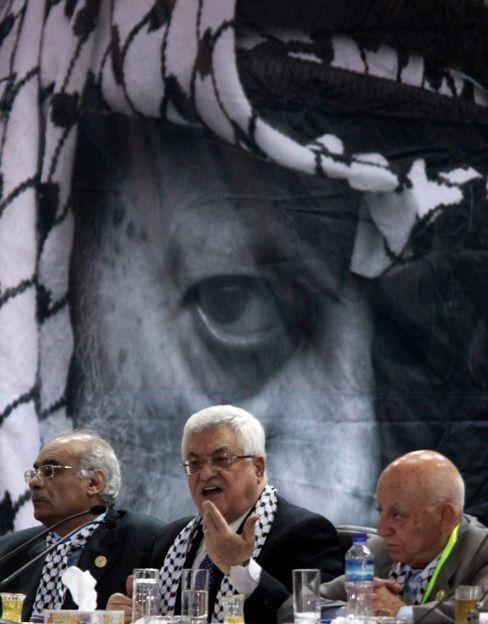 Palästinenserpräsident Abbas vor dem Konterfei von Jassir Arafat