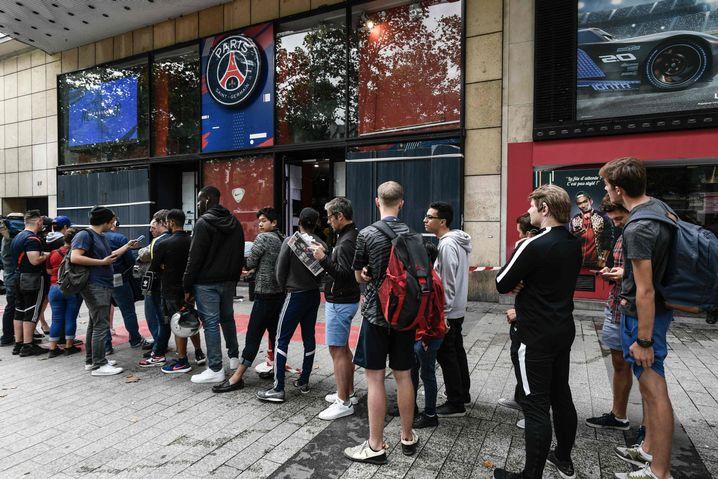 Lange Schlangen vor dem Fanshop