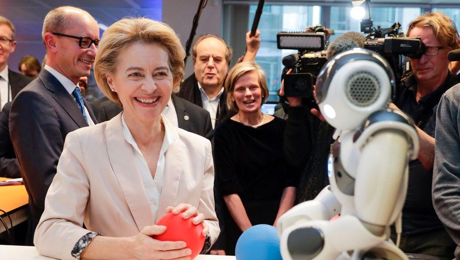 EU-Kommissionspräsidentin Ursula von der Leyen im Gespräch mit einem Roboter