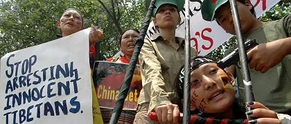 """Protest tibetischer Frauen im indischen Bangalore (am 28. März): """"Mit all diesem Kummer und Hass wird die Explosion heftig werden"""""""