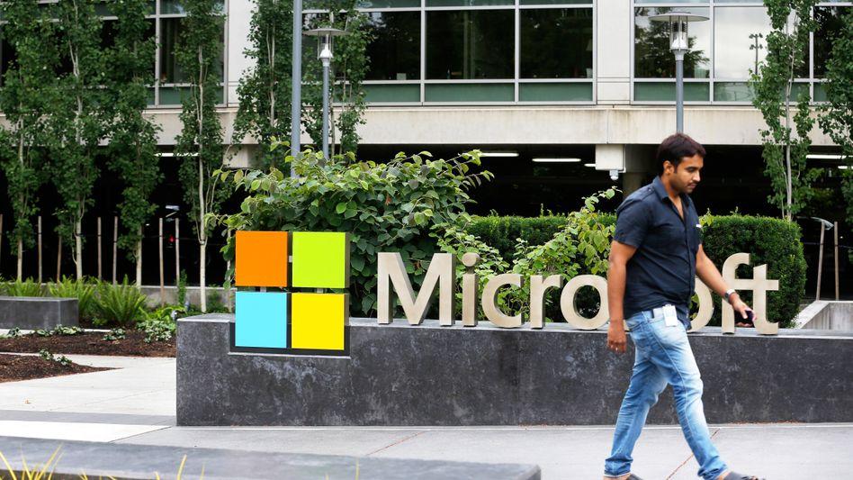 Mitarbeiter vor der Microsoft-Zentrale in Redmond: Sind Männer bei dem Konzern im Vorteil?
