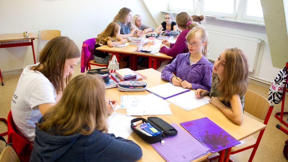 Achte Klasse eines Gymnasiums in Hildesheim: Behinderte und nicht-behinderte Kinder lernen gemeinsam