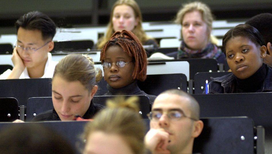 Sie tun nach Ansicht der Verfassungsrichter etwas für ihre Persönlichkeit - und müssen deshalb Steuernachteile in Kauf nehmen: Studierende an der Universität in Magdeburg (Archivbild)