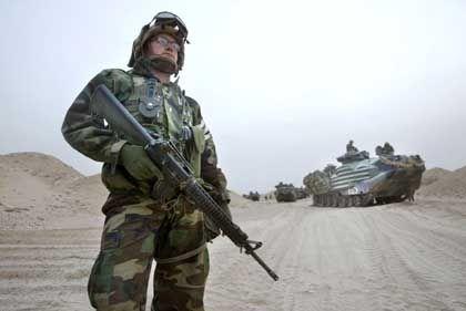 Pause in der Wüste: Ein US-Marine sichert den Zwischenstopp des Konvois