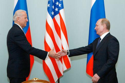Biden und Putin 2011 in Moskau