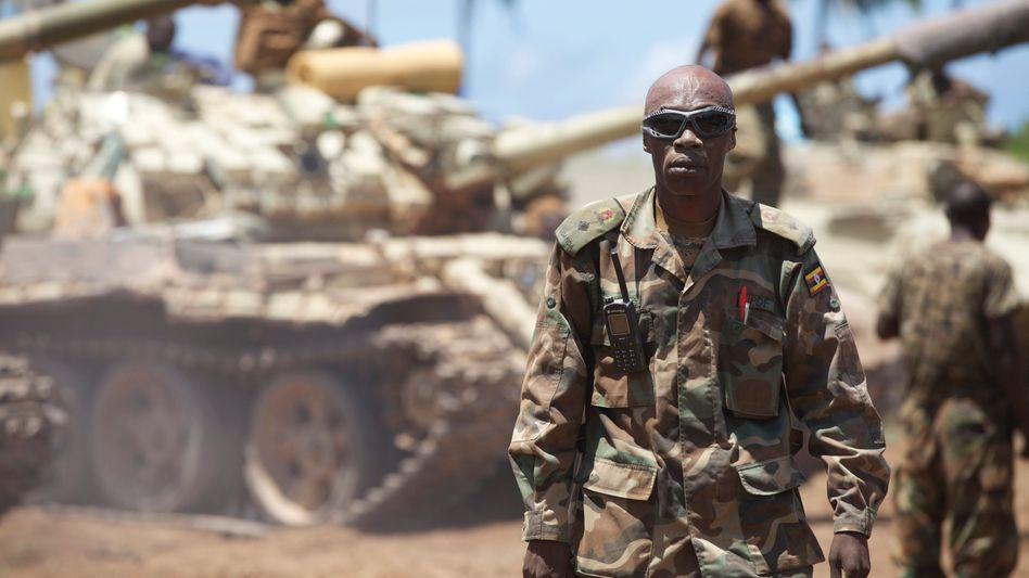 Ein ugandischer Amisom-Soldat macht sich in Somalia bereit für die Schlacht gegen Al-Schabab (2014)