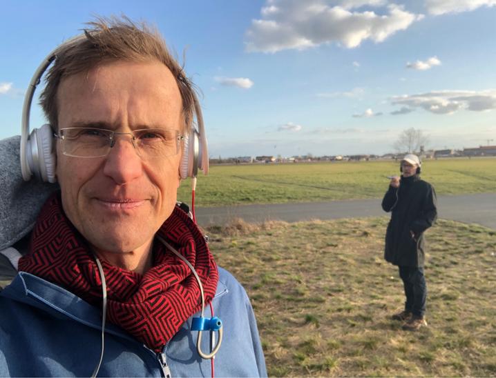 Auf Abstand und doch ganz nah: SPIEGEL-Redakteur Hilmar Schmundt beim Telefonflanieren