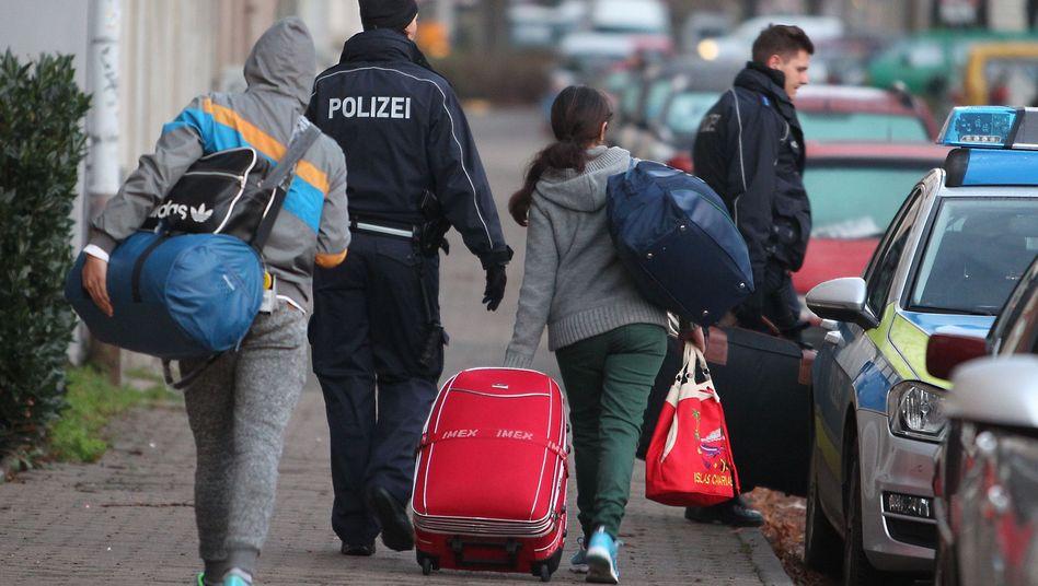 Asylbewerber werden abgeholt (Archivbild)