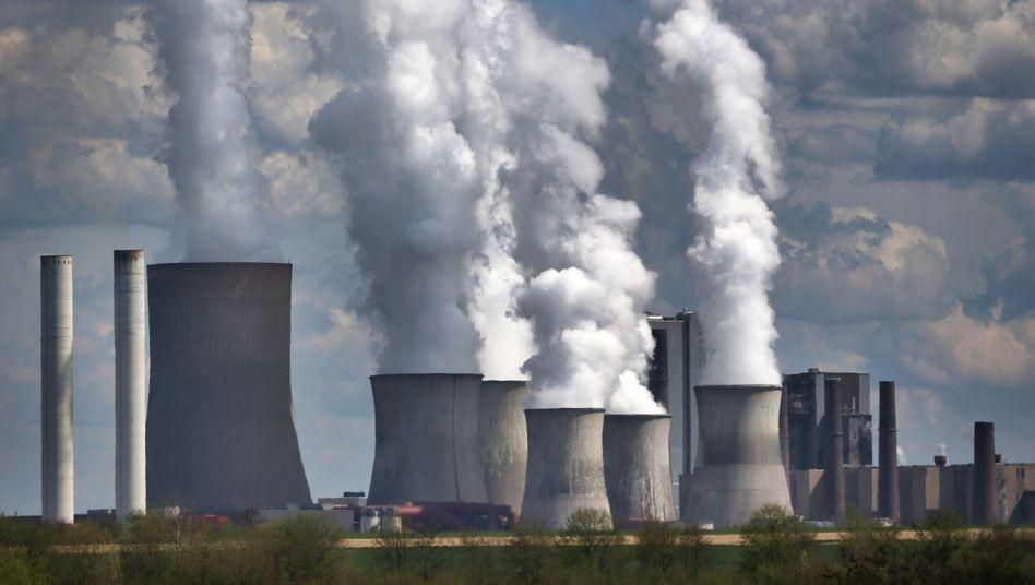 Dampf steigt in Bergheim aus dem RWE-Braunkohlekraftwerk Niederaußem