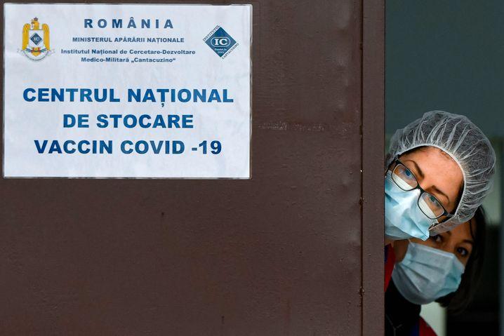 In manchen Ländern warten Ärzte auf Impfwillige, in anderen warten sie verzweifelt auf Impfstoff
