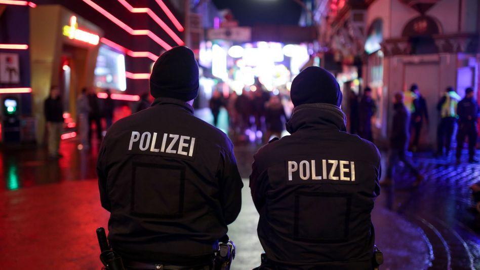 Polizisten Anfang Januar auf der Reeperbahn: Ermittlungen gegen weitere Verdächtige
