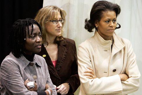 Auma Obama (l., im Vorwahlkampf in New Hampshire, r. Baracks Ehefrau Michelle): Studium in Heidelberg, Promotion in Bayreuth